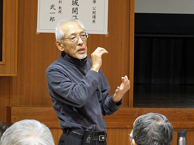 熱弁をふるう村田教授