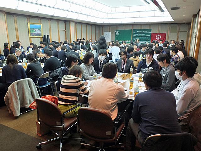 グループ討論の熱気に包まれる会議ホール