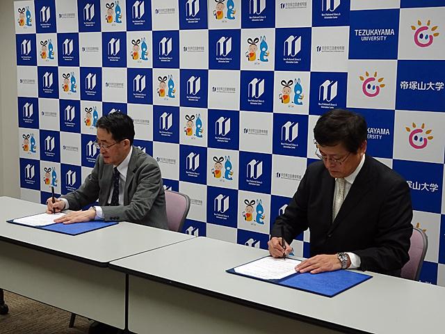 蓮花本学図書館長(右)、千田図書情報館長(左)による協定書への署名