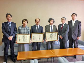 記念撮影(左側2人目より志垣教授、藤本教授、安井教授)