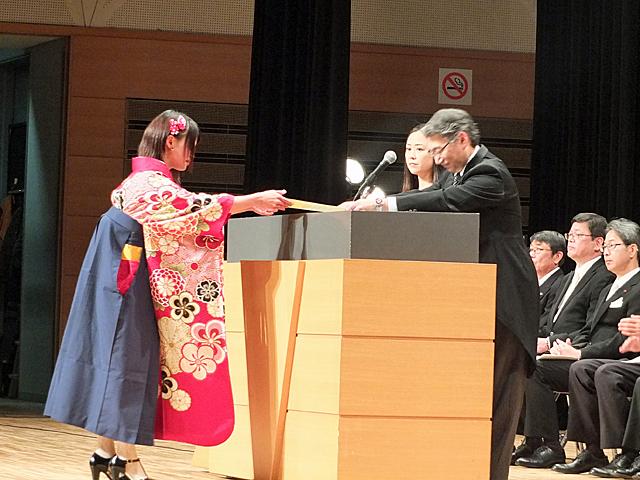 学位記を授与される卒業生
