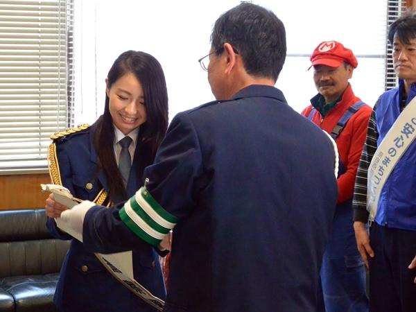 奈良西警察署長より一日警察署長の委嘱状とタスキを受け取る吉田さん
