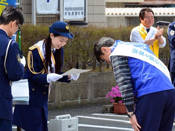 署長職として、奈良県トラック協会から「交通安全宣言」を受け取る