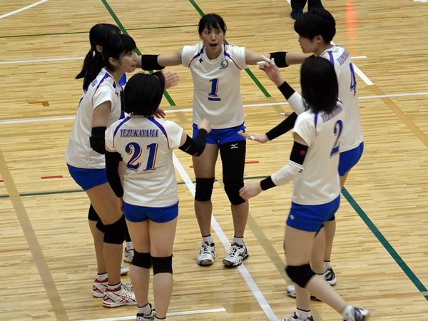 主将・丸山華奈さん(写真中央=心理学科4年)が新チームをまとめる