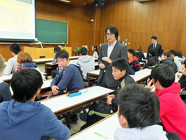 グループディスカッションをサポートする寺地准教授(経済学部)