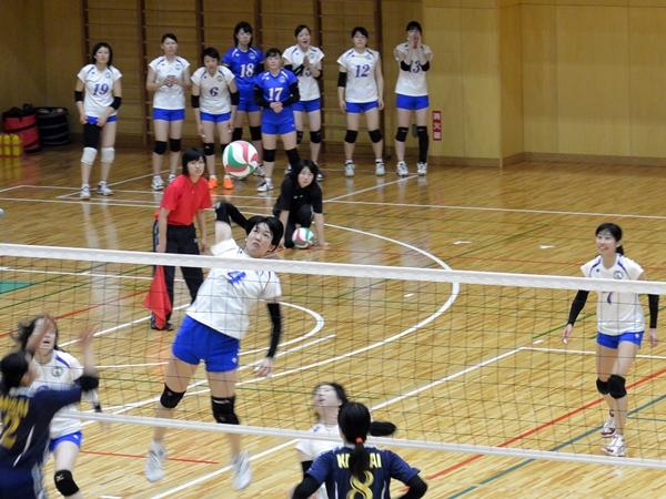 試合中、チームの動きから一時も目を離さず出番を待つ控え選手たち
