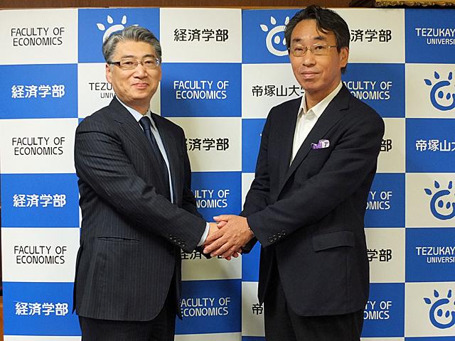 郷総務部長と岩井学長の記念撮影