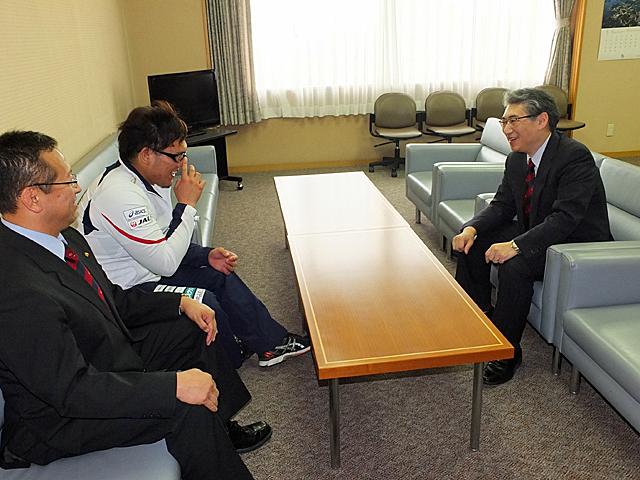 竹内選手を笑顔で激励する岩井学長