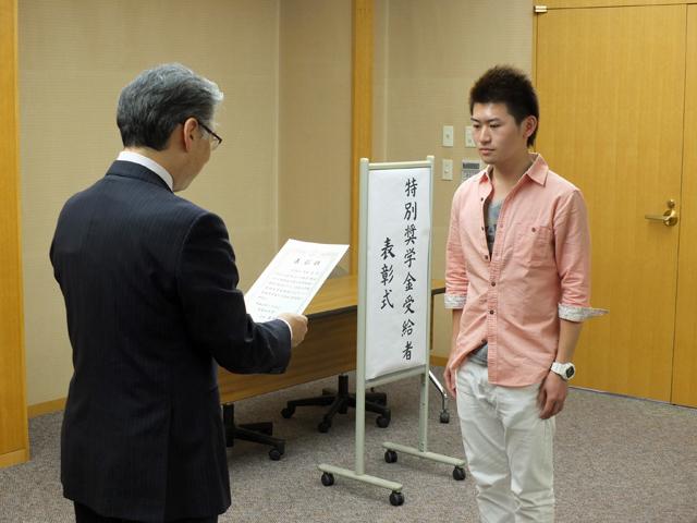 学長から一人ひとりに表彰状が手渡されました