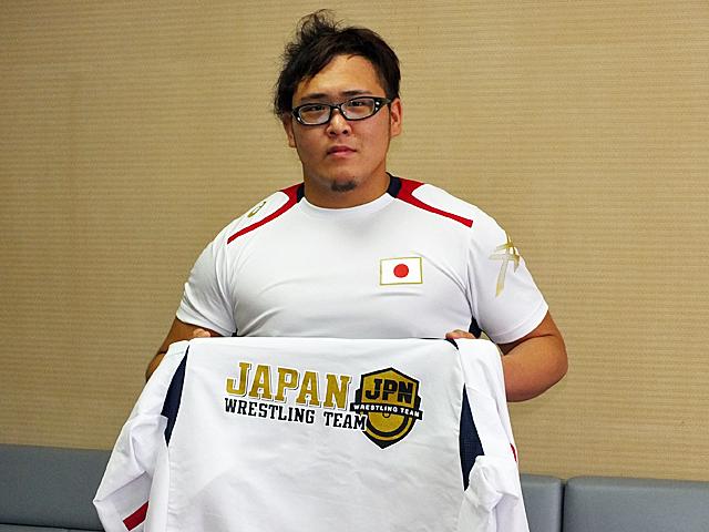日本代表ユニフォームを手にする竹内選手