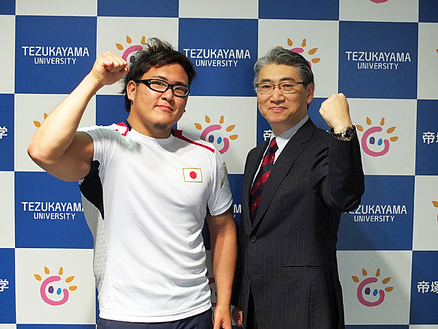 竹内選手と岩井学長のガッツポーズ