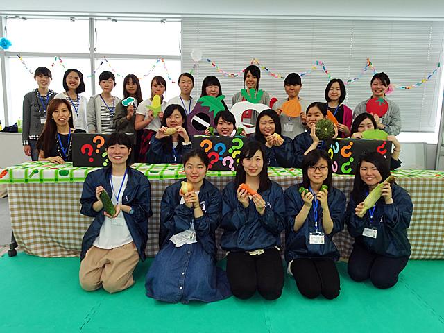 顧問の岩橋講師とメンバーの学生たち