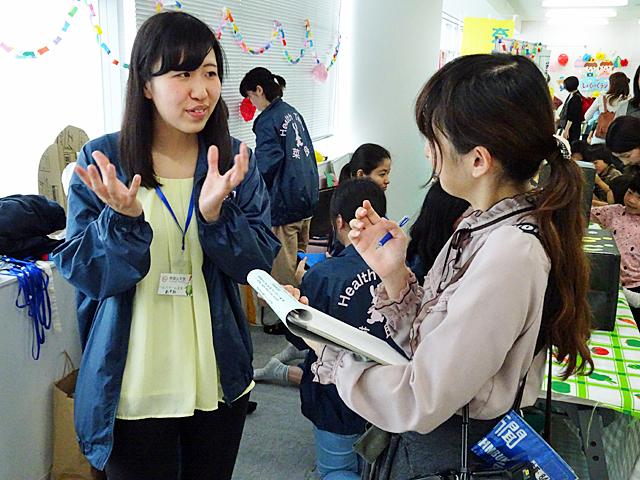 マスコミからの取材を受ける学生
