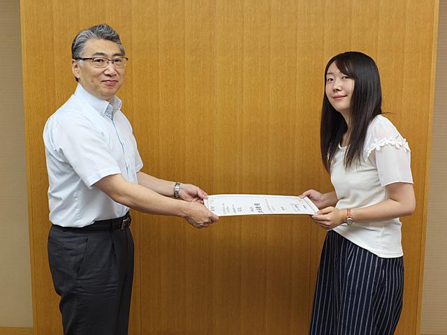 岩井学長から表彰状を授与される太田さん