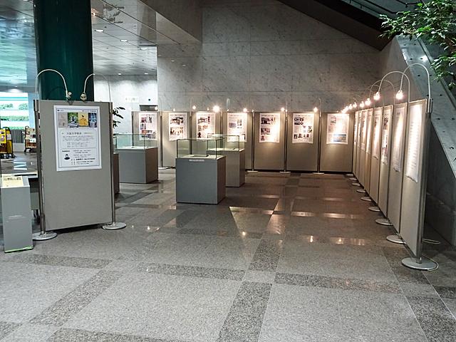 大阪府立図書館1階のパネル・貴重書展示コーナー