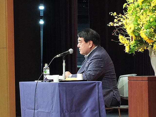 世界情勢について解説する寺島特別客員教授
