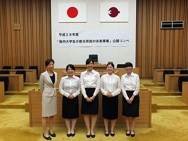 指導教員の岩橋明子講師とともに笑顔で記念撮影