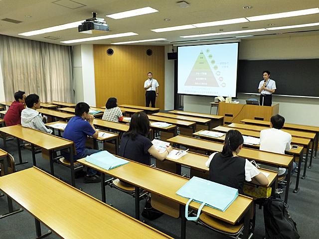 ラーニングピラミッドについて解説する末吉教授・関講師