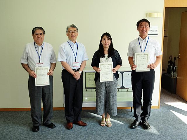 記念撮影:稲熊隆博教授、岩井洋学長、小菅瑠香准教授、松下慎一准教授(左から)