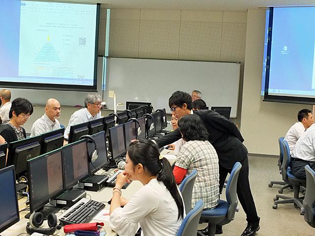 学生たちが積極的にPC操作のサポートを行いました