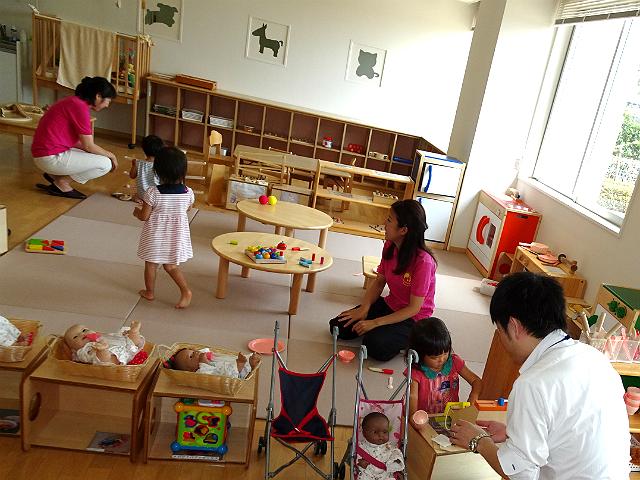 託児スペースで楽しく遊ぶ子どもたち