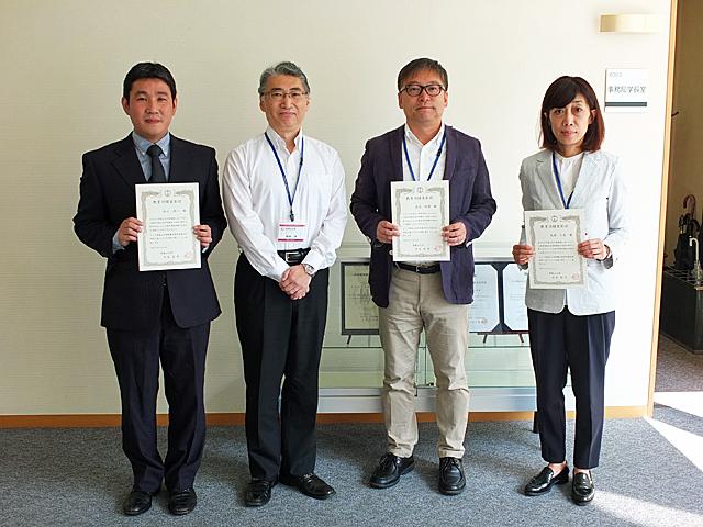 記念撮影:谷口淳一教授、岩井洋学長、清水昭博教授、矢部仁美准教授(左から)