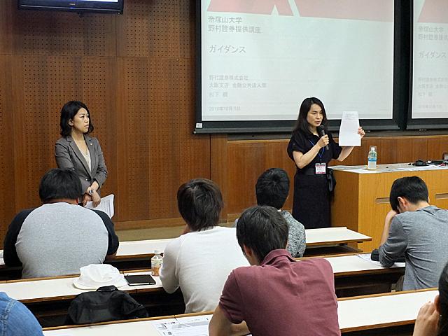 熊谷経済学部長から講師紹介と本講座の流れを説明(第1回講座)