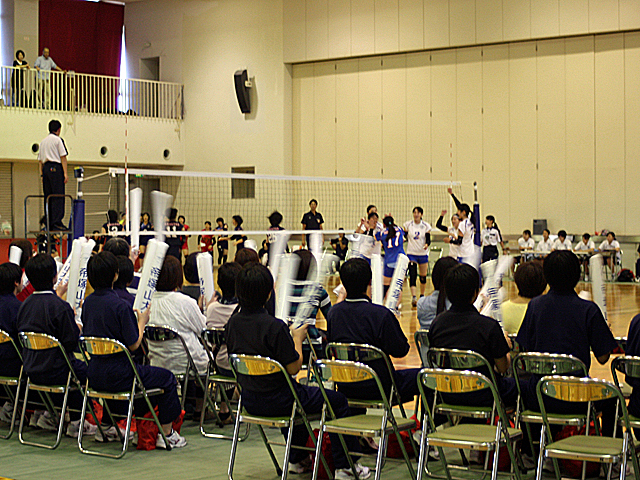 スパイクが決まり観客席では「帝塚山大学応援バルーン」で盛り上がります(対武庫川女子大学戦)