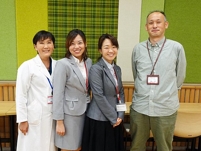 左から石塚准教授、松尾さん、伊藤さん、藤原学科長
