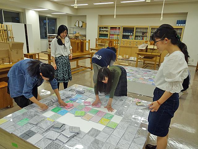 安喜先生の監修で制作を進める学生たち