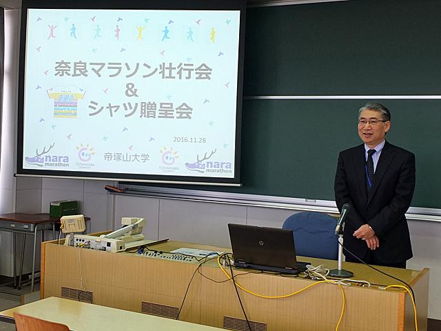 学生を激励する岩井学長