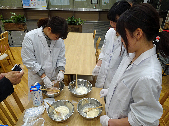 試食用の「朝の醍醐味」を準備する食物栄養学科の学生たち