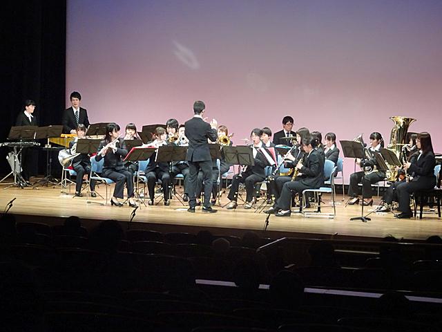 本学吹奏楽部の演奏(学園前ホール)