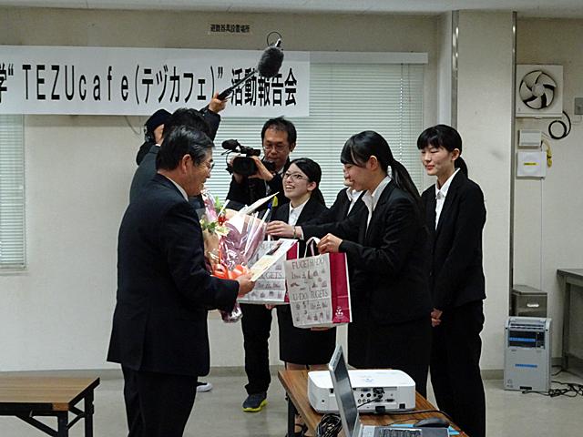 学生からの花束贈呈