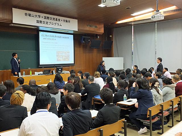 小紫市長に英語で質問する学生(本学プレゼン会場)