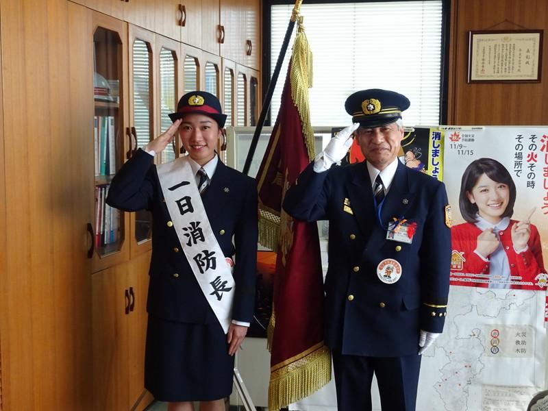 奈良市消防局長室での記念撮影(右:酒井消防局長、左:西尾さん)
