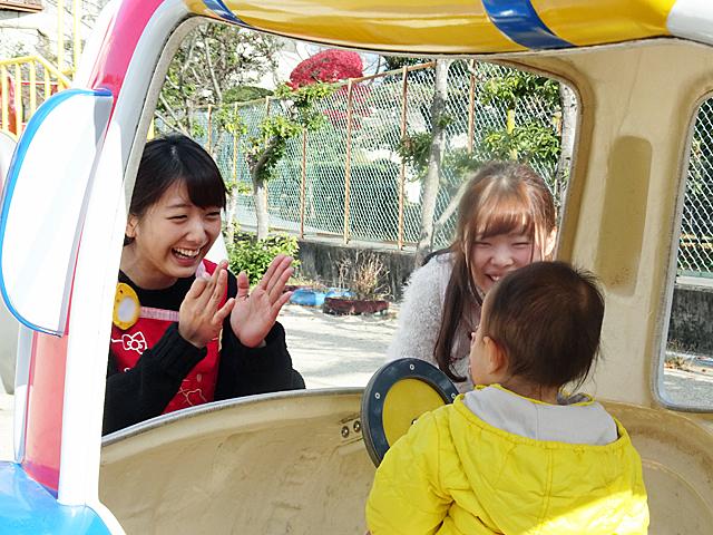 園庭でのあそびでは、子どもたちと学生の笑顔がはじけます