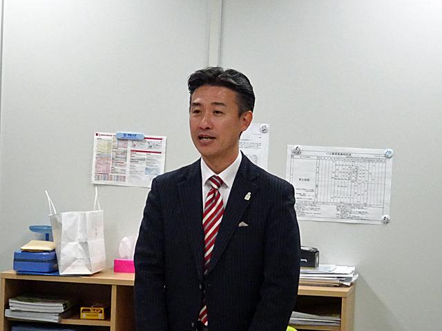 贈呈式に先がけて学生たちに言葉を贈る竹原会長