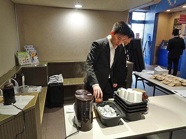 試飲用に特設ブースで「パパデカフェ」を準備する学生