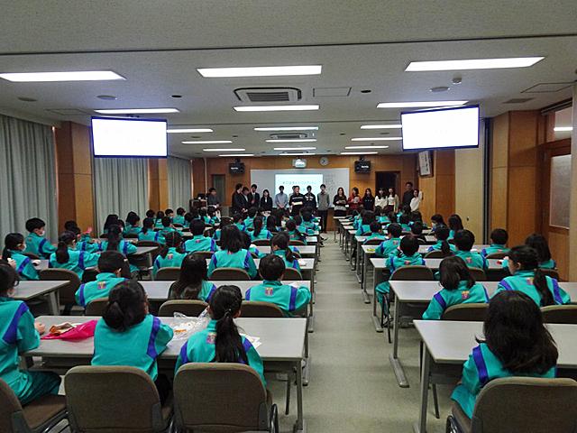 帝塚山小学校視聴覚教室にて授業を実施