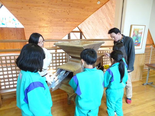 小学生が本学所蔵の民具の使い方を体験