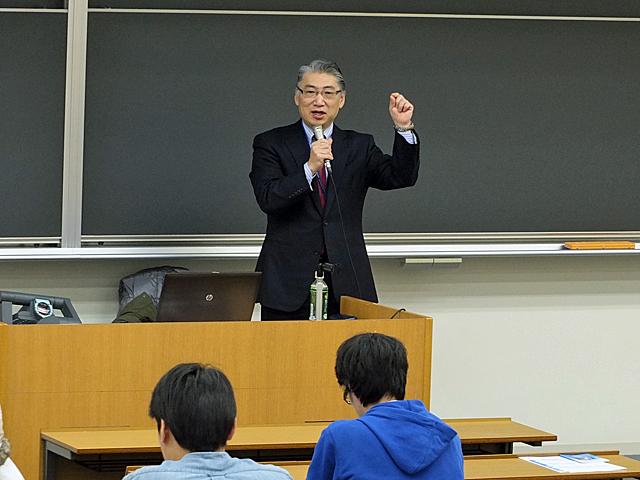 学生への激励の言葉を述べる岩井学長