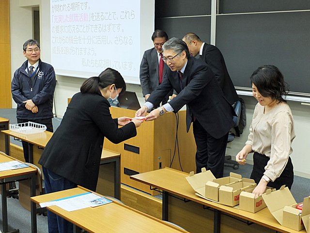 岩井学長から学生一人一人に手渡されました
