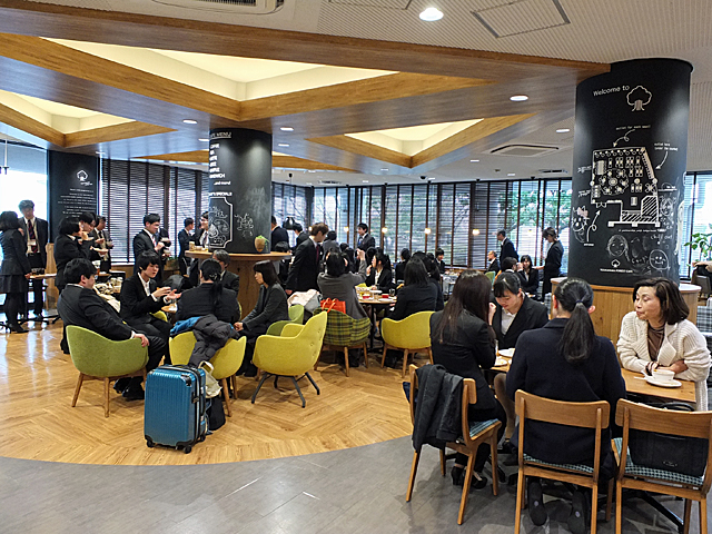 TEZUKAYAMA FOREST CAFEでの懇親会の様子